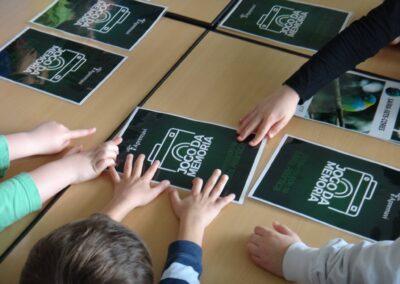 Crianças tentando adivinhar a carta