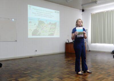 Miriam apresentando novo material