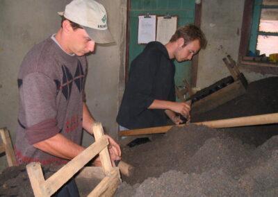 Estagiários no processo de confecção das mudas.