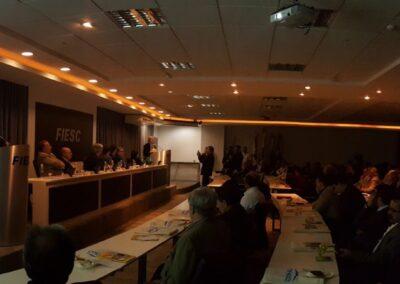 Jornalista Laine Vegas anuncia Miriam Prochnow como Personalidade Ambiental de Santa Catarina. Foto: Carolina Schaffer.