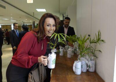 Jornalista Laine Valgas, apresentadora da RBS TV, também garantiu uma mudinha. Foto: Carolina Schaffer.