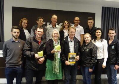 Foto da foto - equipe da Apremavi exibindo os prêmios recebidos. Foto: Mafalda Press.