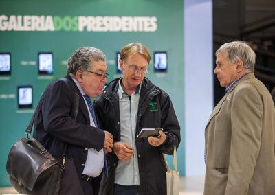 Coordenador do júri Odilon Macedo e Wigold Schaffer conferem fotos do evento observados por Zuba Coutinho. Foto: Marcos Campos.