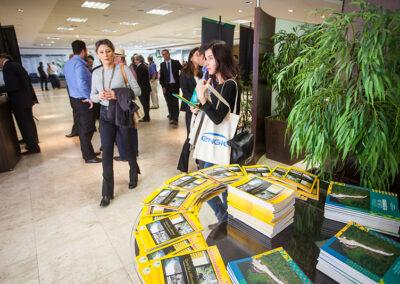 Além do Guia de Sustentabilidade, participantes receberam sacolas com kit de informações ambientais. Foto: Marcos Campos.