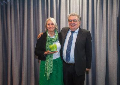 Aplaudida de pé pela plateia e emocionada, a ambientalista e fundadora da Apremavi, Miriam Prochnow, recebeu de Odilon Macedo o prêmio de Personalidade Ambiental de 2017. Foto: Marcos Campos.