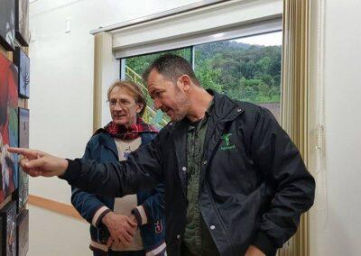 """André Pessoa e Wigold B. Schaffer observam a exposição """"Belezas da Mata Atlântica"""". Foto: Miriam Prochnow."""
