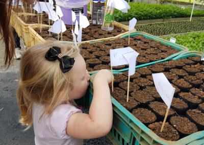 Até as crianças colocaram a mão na massa e plantaram sementes de Pitangas. Foto: Vitor Sá.