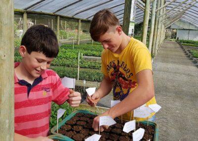 Cada convidado teve a oportunidade de plantar a sua semente de Pitanga. Foto: Miriam Prochnow.