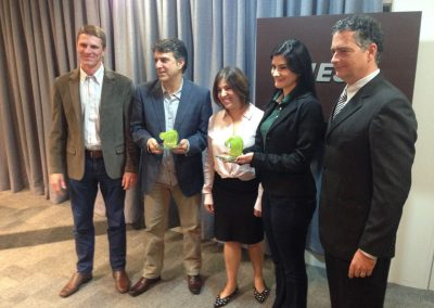 Secretária Executiva da Apremavi recebe o Troféu Onda Verde ao lado dos parceiros do projeto. Foto: Arquivo Apremavi.