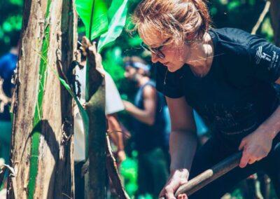 Carolina ajuda a limpar o solo durante a prática em agrofloresta. Foto: Arquivo reNature.