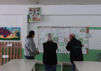 "Jurados escolhendo o vencedor do concurso ""O bosque da escola""."