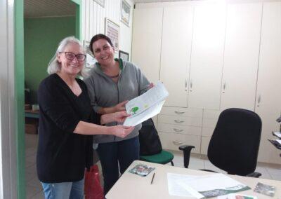 Material elaborado pelos alunos é entregue para a presidente da Apremavi. Foto: Arquivo Apremavi.