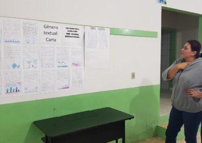 Professora mostra mural de cartas para Apremavi. Foto: Arquivo Apremavi.