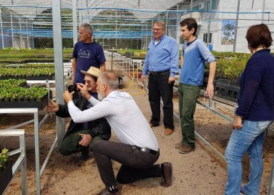 Representantes da empresa Ellepot durante visita ao Viveiro Jardim das Florestas da Apremavi. Foto: Miriam Prochnow.