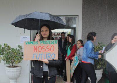 """""""Vamos proteger nosso Futuro"""", diz o cartaz nas mãos da jovem. Foto: Arquivo Plantando o Futuro."""