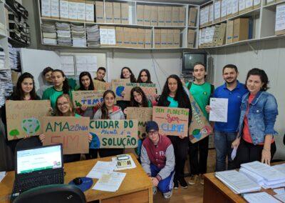 Grupo segura placas e cartazes.  Foto: Arquivo Plantando o Futuro.