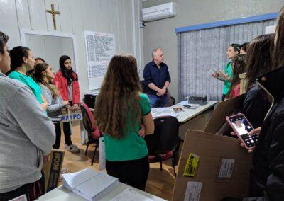 Grupo entrega carta para representante do Prefeito de Atalanta.  Foto: Arquivo Plantando o Futuro.