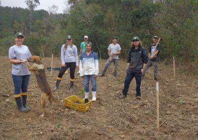 Equipe realizando plantio em propriedade vizinha à RPPN. Foto: Edilaine Dick.