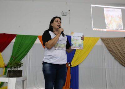 """Apresentando a cartilha no evento de lançamento da Cartilha """"O Bosque da Escola"""". Foto: Arquivo da EMEF Ribeirão Matilde."""