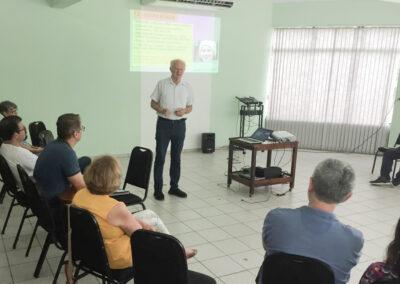 Pastor Werner Fuchs fala ao seminário.